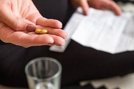 In dem Beipackzettel eines Medikaments sind dessen mögliche Nebenwirkungen und deren Häufigkeit aufgelistet. Foto: Christin Klose/dpa-tmn