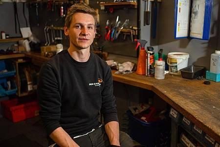 Mit Autos hat er nichts am Hut: Stefan Borschert arbeitet als Zweiradmechatroniker bei «Der Radladen» in Bamberg. Foto: Nicolas Armer/dpa-tmn