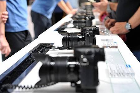 Bei der Wahl einer geeigneten Kamera sollte der Käufer sich genau überlegen, für welche Zwecke er das Gerät verwenden möchte. Foto: Andrea Warnecke/dpa-tmn