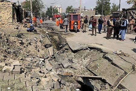 Afghanistans Vizepräsident A. Saleh ist in der Hauptstadt Kabul nur knapp einem Mordanschlag entkommen. Mindestens sechs Menschen wurden bei dem Bombenattentat auf sein Auto getötet, wie ein Sprecher des Gesundheitsministeriums am Mittwoch mitteilte. Foto: Rahmat Gul/AP/dpa
