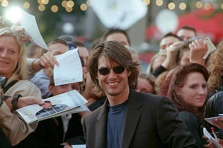 Der «Mission Impossible»-Star Tom Cruise nimmt ein Bad in der Menge (2000). Foto: Roland Scheidemann/dpa