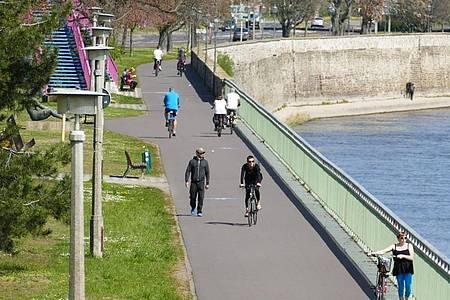 Vereinzelte Fußgänger und Radfahrer nutzen den Weg entlang der Elbe in der Magdeburger Innenstadt. Foto: Sabrina Gorges/dpa-Zentralbild/dpa