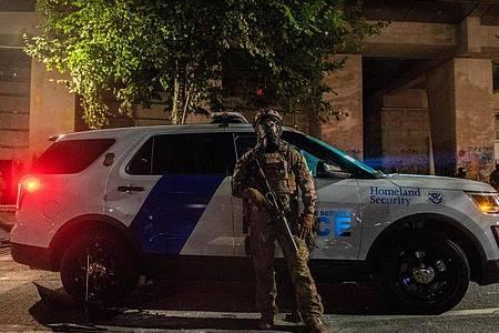 Ein US-Bundespolizist beim Einsatz während anhaltender Demonstrationen in Portland. Foto: Imagespace/ZUMA Wire/dpa