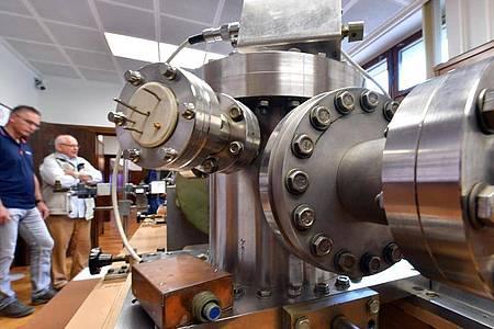 Die in der DDR gebaute Cäsium-Atomuhr im Ruhlaer Uhrenmuseum. Foto: Martin Schutt/dpa-Zentralbild/dpa
