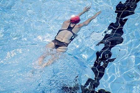 Beim Schwimmen ist der Auftrieb im Wasser entlastend für den Körper. Eine wichtige Rolle spielt aber die korrekte Ausübung der Bewegungen. Foto: Christoph Soeder/dpa/dpa-tmn