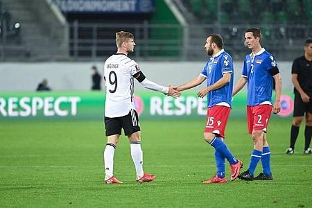 Deutschlands Timo Werner (l) und Liechtensteins Seyhan Yildiz geben sich nach der Partie die Hand. Foto: Sven Hoppe/dpa