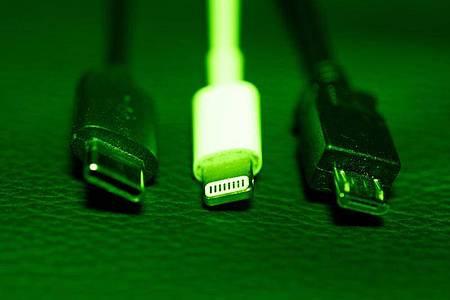 Die EU-Kommission legt nun einen Vorschlag für einheitliche Handy-Ladebuchse vor. Die Frage der Ladegeräte beschäftigt die EU-Institutionen seit mehr als einem Jahrzehnt. Foto: Mohssen Assanimoghaddam/dpa
