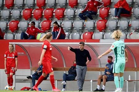 Bayerns Trainer Jens Scheuer gibt an der Seitenlinie Anweisungen. Foto: Adam Pretty/Getty Images Europe/Pool/dpa