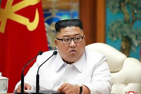 Nordkoreas Machthaber Kim Jong Un bei einer Notstandssitzung des Politbüros wegen der Coronavirus-Pandemie. Foto: -/KCNA via YNA/dpa