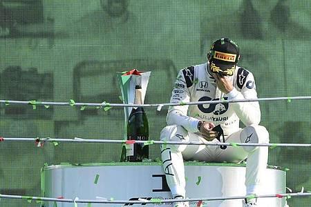 Pierre Gasly war nach seinem Sieg in Monza ergriffen. Foto: Jennifer Lorenzini/POOL Reuters/AP/dpa