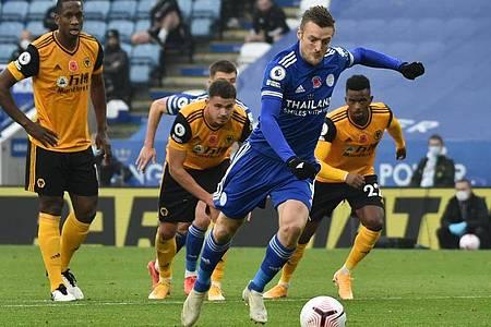Leicesters Jamie Vardy (2.v.r.) trifft per Elfmeter zum Tor des Tages gegen die Wolverhampton Wanderers. Foto: Rui Vieira/PA Wire/dpa