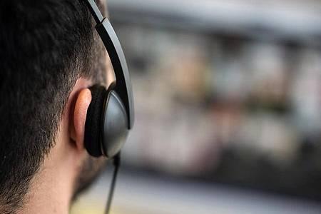Endlose Videocalls gehen vielen auf die Nerven. Meetings sollten deshalb immer begrenzt werden. Foto: Sebastian Gollnow/dpa/dpa-tmn