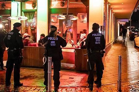 Polizisten sichern während einer Razzia von Zoll und Polizei eine Shisha-Bar. Foto: Bernd Thissen/dpa