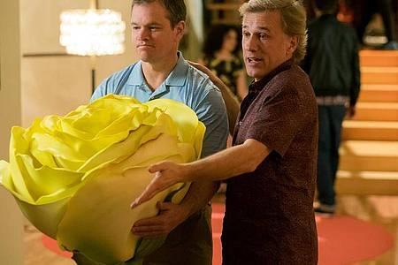 """Matt Damon (l) als Paul und Christoph Waltz als Dusan in einer Szene des Films """"Downsizing"""". Foto: George Kraychyk/Paramount Pictures/Sat.1/dpa"""