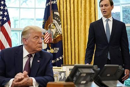 US-Präsident Trump zusammen mit seinem Berater und Schwiegersohn Jared Kushner. Foto: Andrew Harnik/AP/dpa