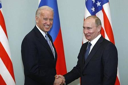 Joe Biden (l), damaliger Vizepräsident der USA, trifft sich 2011 mit Wladimir Putin in Moskau. Foto: Alexander Zemlianichenko/AP/dpa