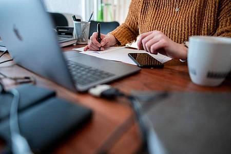 Im Homeoffice arbeiten viele Beschäftigte an einem nicht-ergonomischen Arbeitsplatz. Laut einer neuen Umfrage sind oft gesundheitliche Probleme die Folge. Foto: Fabian Strauch/dpa