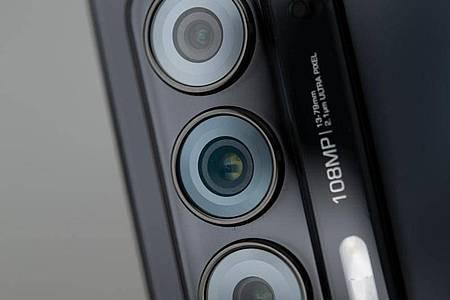 Das Motorola Edge 20 hat eine Dreifachkamera mit Tele-, Weitwinkel- und Ultraweitwinkelobjektiv. Foto: Zacharie Scheurer/dpa-tmn
