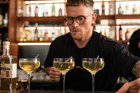 Bartender Tobias Lindner gewinnt mit einem Quitten-Cocktail beim Wettbewerb des Barkultur-Magazins «Mixology». Foto: Lukas Müller/Meininger Verlag/dpa