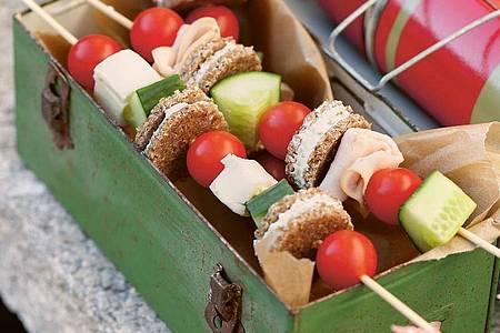 Bunt und lecker sind die Powerspieße aus Pumpernickel, Frischkäse, Salatgurke, Mozzarella, Cherrytomaten und Geflügelwurst. Foto: Claudia Schilling/AT Verlag/dpa-tmn