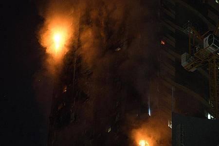 Ein Feuer brennt an der Seite des Hochhauses in Schardscha. Foto: Jon Gambrell/AP/dpa