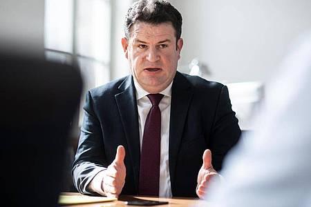Arbeitsminsiter Hubertus Heil (SPD) plant das Kurzarbeitergeld zu verlängern. Foto: Bernd von Jutrczenka/dpa