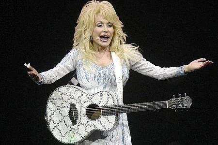 Dolly Parton ist in Weihnachtsstimmung. Foto: Henning Kaiser/dpa