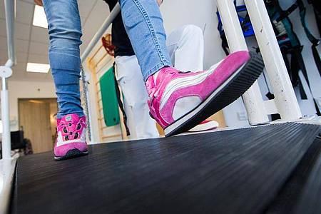 Für Kinder gibt es eine Reihe spezieller Reha-Angebote, und gegebenenfalls übernimmt die Deutsche Rentenversicherung die Kosten dafür. Foto: Rolf Vennenbernd/dpa/dpa-tmn