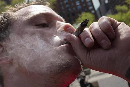Wer einen Corona-Impfnachweis vorzeigt, erhält bei der «Joints for Jabs»-Aktion in New York einen kostenlosen Joint. Foto: Mark Lennihan/AP/dpa