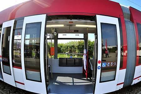 Der rassistische Vorfall ereignete sich in einer Straßenbahn in Erfurt. Foto: Martin Schutt/dpa/Symbolbild