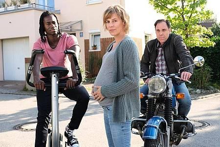 Annie (Bernadette Heerwagen), ihr Hip-Hop-Trainer Raimund (Eugene Boateng, l.) und Annies Mann Ralf (Thomas Loibl). Foto: Jaqueline Krause-Burberg/ZDF/dpa