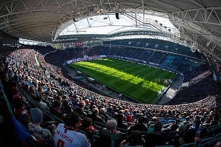 Nicht so voll, aber etwas gefüllter könnten die Fußballstadien bald wieder sein. Foto: Robert Michael/dpa-Zentralbild/dpa