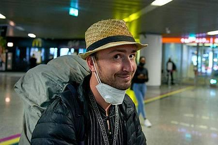 Erleichtert und froh: Robert Bociaga, der in Myanmar festgenommene polnische Journalist, der für die Deutsche Presse-Agentur in Myanmar tätig war, bei seiner Ankunft. Foto: Grzegorz Welnicki/dpa