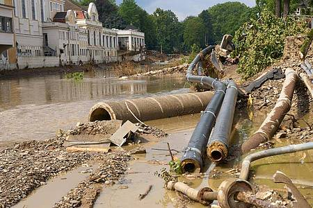 Weggeschwemmte Versorgungsleitungen am Ufer der Ahr. Foto: Thomas Frey/dpa
