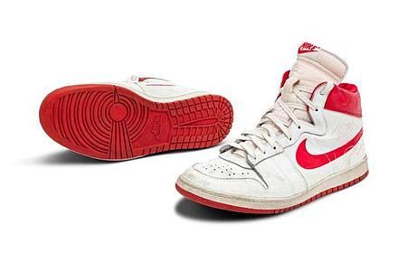 Dieses Paar Turnschuhe von Ex-Basketballprofi Michael Jordan könnte in den USAfür rund 1,5 Millionen Dollar (etwa 1,3 Millionen Euro)versteigert werden. Foto: -/Sothebys/dpa