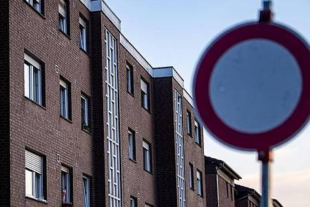 Verbotsschild vor Wohnhäusern. Mehrere Gesundheitspolitiker haben sich dafür ausgesprochen, die Quarantänezeit bei Corona-Verdachtsfällen zu verkürzen. Foto: David Inderlied/dpa