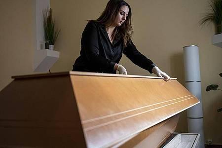 Janika Kreutzer, Maskenbildnerin, arbeitet in einem Beerdigungsinstitut. Foto: Fabian Sommer/dpa