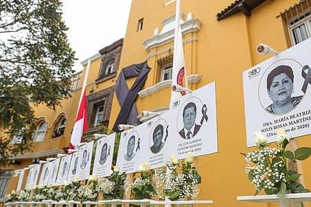 Bilder von Ärzten, die an Covid-19 gestorben sind, sind in der peruanischen Hauptstadt Lima zu sehen. Foto: ---/Presidencia Peru/dpa