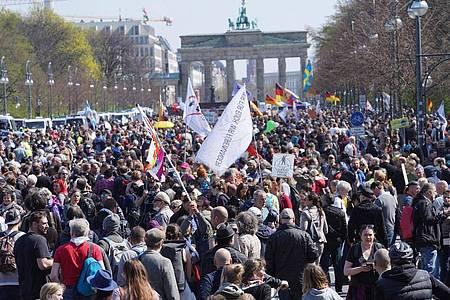 Zahlreiche Menschen protestieren vor dem Brandenburger Tor gegen die Corona-Beschränkungen und die Änderung des Infektionsschutzgesetzes. Foto: Jörg Carstensen/dpa