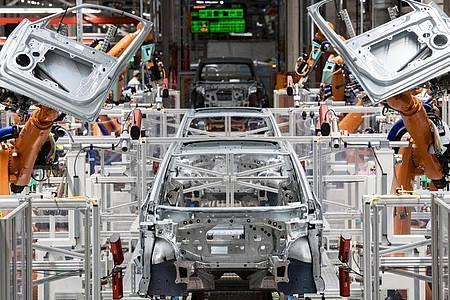 Maschine statt Mensch: Roboter montieren Türen eines Autos. Foto: Hendrik Schmidt/dpa