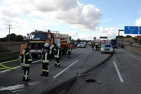Nach einem illegalen Autorennen mit drei Fahrzeugen auf der Autobahn 66 mit tödlichem Ausgang fahndet die Polizei weiter nach einem der drei Autofahrer. Foto: -/5vision.media/dpa