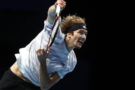 Alexander Zverev bei den ATP Finals in Aktion gegen Novak Djokovic. Foto: Frank Augstein/AP/dpa