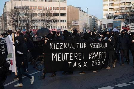 Demonstranten, die gegen die Räumung der Szene-Kneipe «Meuterei» in der Reichenberger Straße protestieren, am Kottbusser Tor. Foto: Paul Zinken/dpa-Zentralbild/dpa