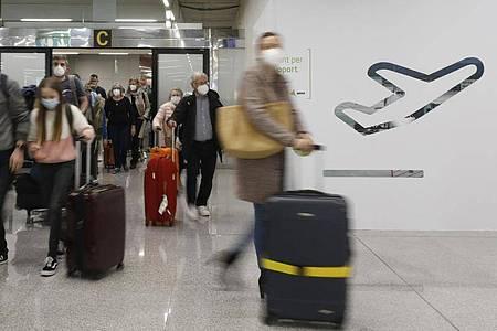 Passagiere kommen auf dem Flughafen Palma de Mallorca an. Foto: Clara Margais/dpa