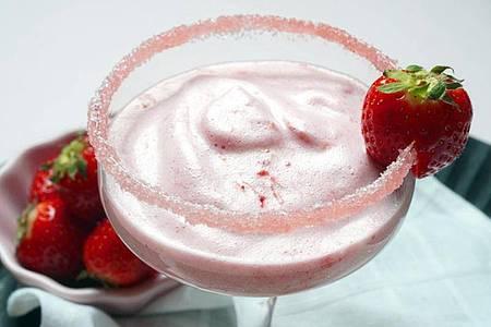 Für den luftigen Erdbeerschaum werden nur drei Zutaten benötigt: Erdbeeren, Zucker und frisches Eiweiß. Foto: Doreen Hassek/hauptstadtkueche.blogspot.com/dpa-tmn