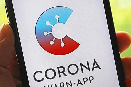 Die Corona-Warn-App informiert künftig über eine eventuell anstehende Auffrischungsimpfung. Foto: Oliver Berg/dpa