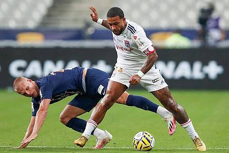 Der niederländische Nationalspieler Memphis Depay (r) ist Kapitän bei Olympique Lyon. Foto: Francois Mori/AP/dpa