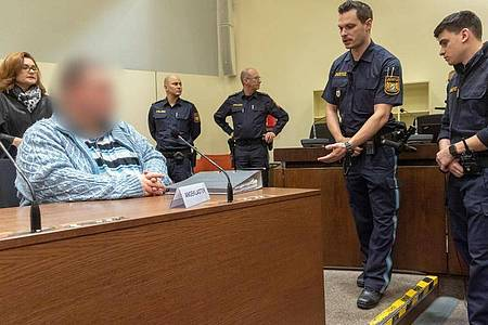 Der Angeklagter sitzt im Gerichtssaal in München: «Das, was ich getan habe, ist sehr brutal und bleibt brutal.». Foto: Peter Kneffel/dpa