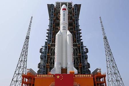Die Kombination aus dem Kernmodul «Tianhe» der chinesischen Raumstation und der Langer-Marsch-5B-Y2-Rakete steht im Startbereich der Wenchang Spacecraft Launch Site in der südchinesischen Provinz Hainan. Foto: Guo Wenbin/XinHua/dpa