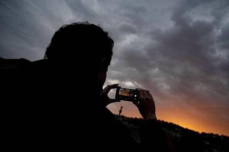 Wer feststellt, dass sein Foto zu dunkel wird, der kann die Belichtung auf dem Smartphone nachjustieren. Foto: Marijan Murat/dpa